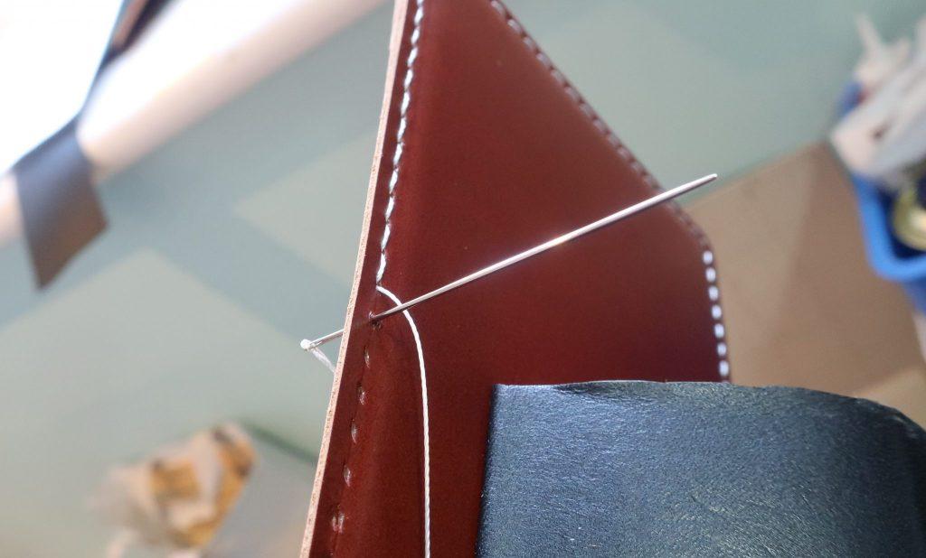 本革を使用、手縫いで仕上げます