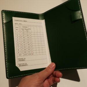 小さなスコアカードは片方をポケットに入れれば安定します